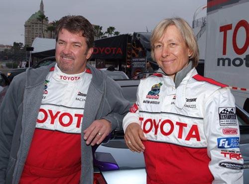 图文-纳芙拉蒂洛娃体验赛车与冠军先生一同合影