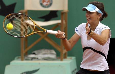 图文-07法国网球公开赛首日战况皮隆科娃正手回球