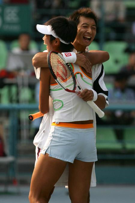 图文-十运会网球混双决赛李婷朱本强胜利拥抱