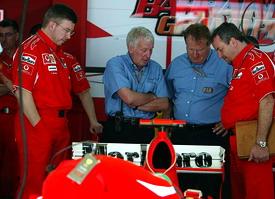 巴林站,查理-威丁(右二)代表FIA检查法拉利248F1的尾翼