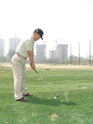 中短铁杆的站姿图解林湘高尔夫轻松学球专栏
