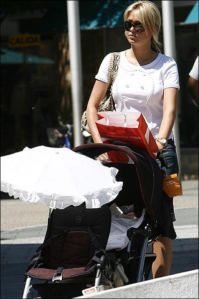 杰拉德妻子库兰不久前产下第二个孩子