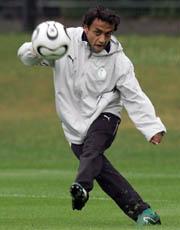 亚足联官网预测足球先生沙特锋线射手占六成支持率