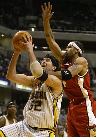 图为NBA2003全明星周末东部明星队替补中锋:步行者队布拉德-米勒