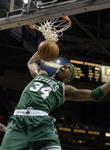 图为NBA2003全明星周末东部明星队替补前锋:凯尔特人队皮尔斯-资