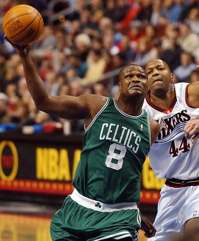 图为NBA2003全明星周末东部明星队替补前锋:凯尔特人队沃克-资料
