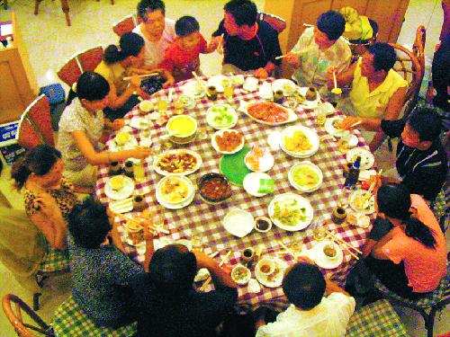 一家人在酒店吃团圆饭(来源:江淮晨报)