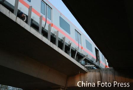 城铁列车脱轨撞断隔离挡板