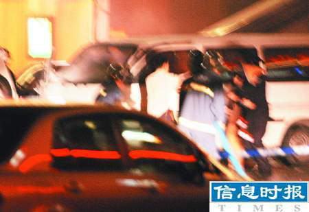 广州绑匪在百货公司门前挟持两名人质(组图)