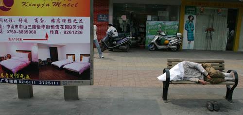 世界睡眠日 News: 图文:世界睡眠日行人街边闷头睡_新闻中心_新浪网