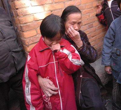 最新幼女av_12岁幼女不堪亲生父母虐待欲买鼠药自尽(组图)