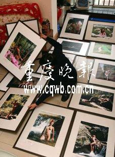 照片人体艺术_老翁痴迷拍人体艺术照 卧室挂满人体照片(图)
