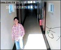 初中女厕所被拍_大一男生在对外经贸大学内疯狂偷拍女厕所(图)_新闻中心_新浪网