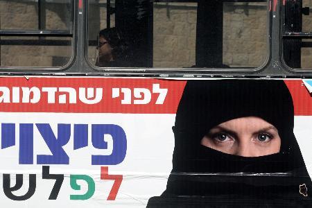 貼著競選海報的公車行駛在耶路撒冷