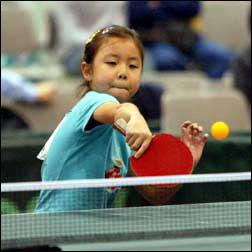 双人打乒乓球小游戏_盖茨巴菲特联手与华裔小女孩打乒乓球(组图)_新闻中心_新浪网