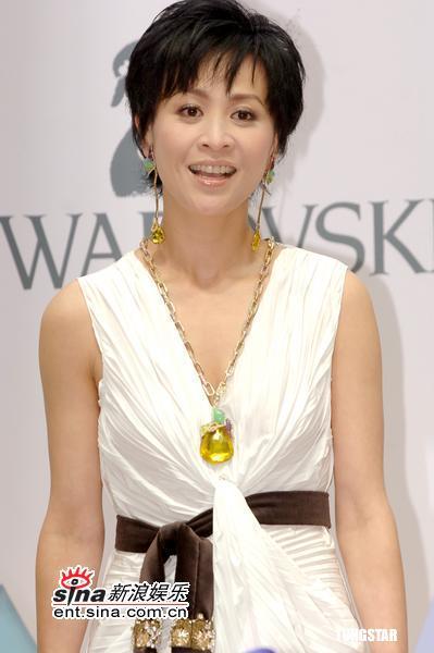 刘嘉玲漏逼_组图:刘嘉玲出席代言活动 否认向梁朝伟逼婚