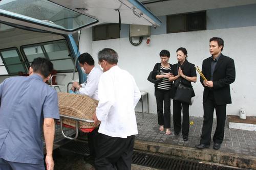 关海山葬礼_组图:关海山遗体送往殓房 前妻子女不在乎遗产