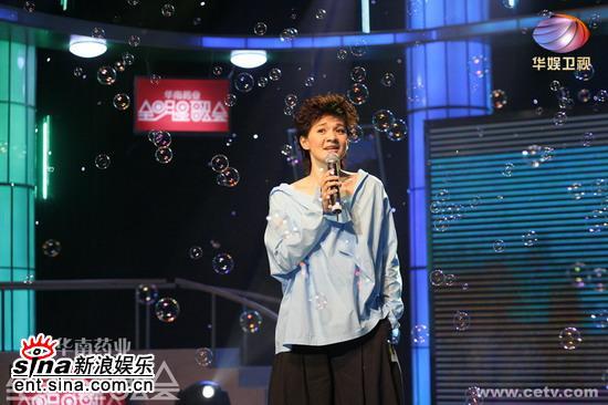 华娱情se_柯以敏为现场歌迷深情演唱了《谢谢你这么爱我》,《思念是一种惩罚》