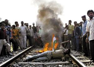 撕衣操屄_印度准备播放肥皂剧以减少农民自杀发案率(图)