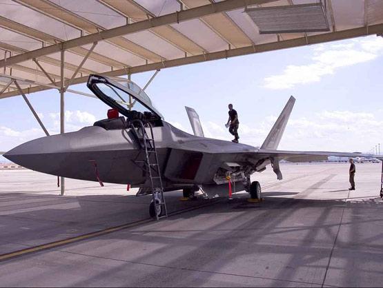 美军F117隐形战机将退役-代之以F22A猛禽战机