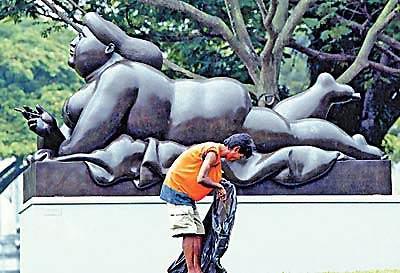 裸体胖人人体艺术_古怪的艺术风格饰以野蛮人式的社会讽刺效果,他的裸体创作已成为时尚.
