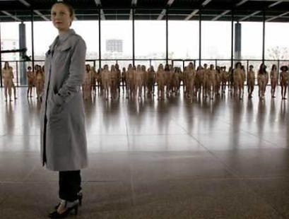 衣人体艺术_柏林百名女子裸体参加艺术展(图)