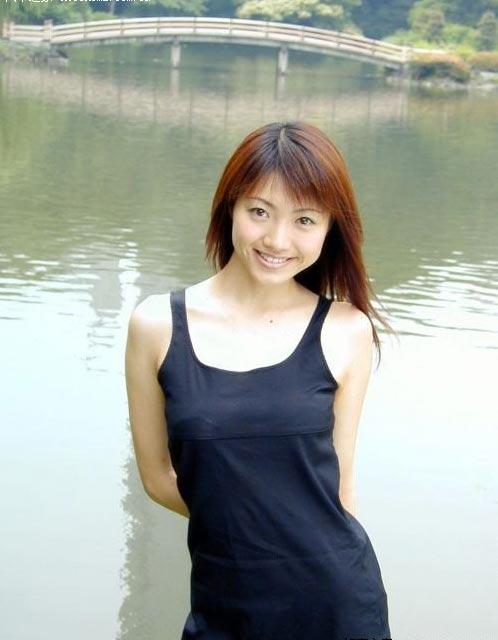99自拍_组图:武汉大学女生湖畔自拍_新浪论坛_新浪网